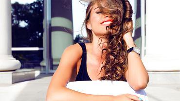 Plopping to metoda wydobywania skrętu włosów przy użyciu ręcznika bądź bawełnianej koszulki. Zdjęcie ilustracyjne