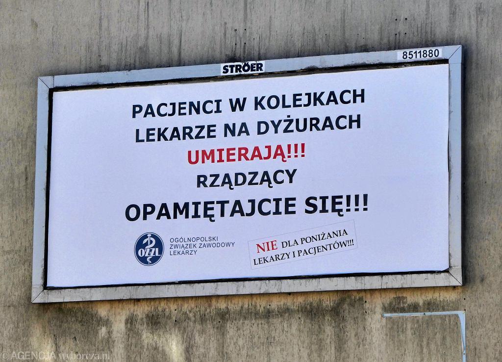 Billboard Ogólnopolskiego Związku Zawodowego Lekarzy z hasłem ''Rządzący, opamiętajcie się'