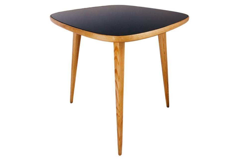 Jesionowy stolik kryty szkłem, który zaprojektowała Hanna Lachert.