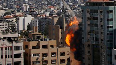 Hamas nie przestaje odpalać rakiet na Izrael, izraelskie bomby nadal spadają na Gazę, po obu stronach rośnie liczba ofiar. Na zdjęciu: izraelski atak na Gazę, 15 maja 2021