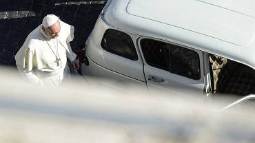 Papież Franciszek i renault 4