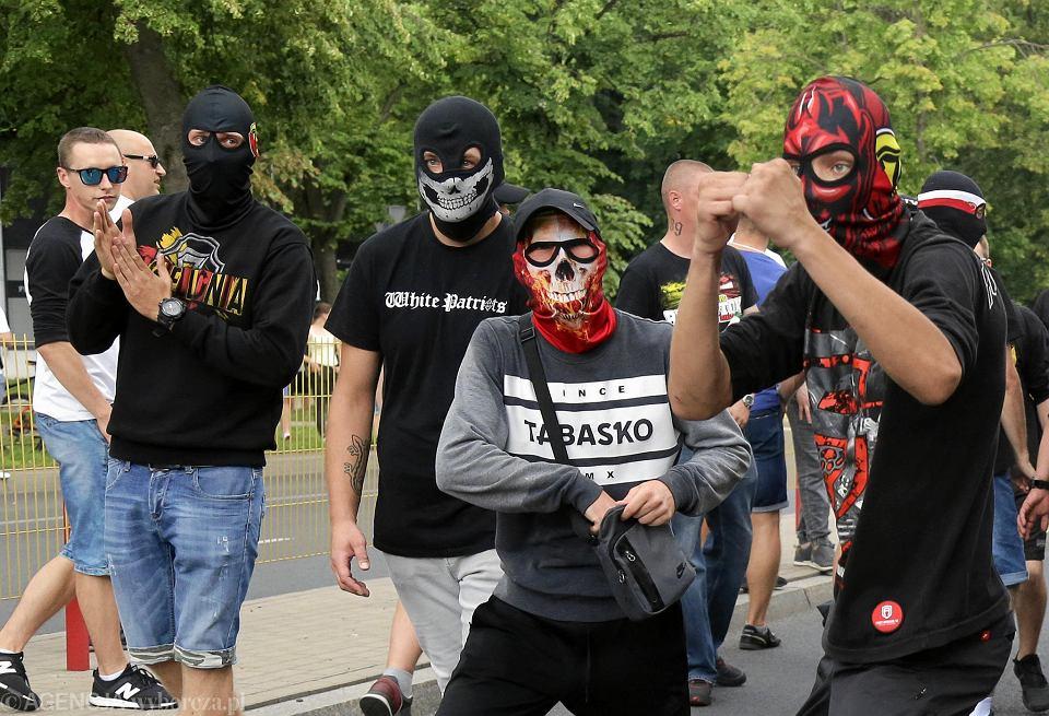 Pierwszy Marsz Równości w Białymstoku. Starcia kiboli z policją i uczestnikami i policją