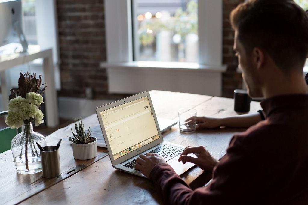 Większość młodych pracowników chce częściej pracować zdalnie