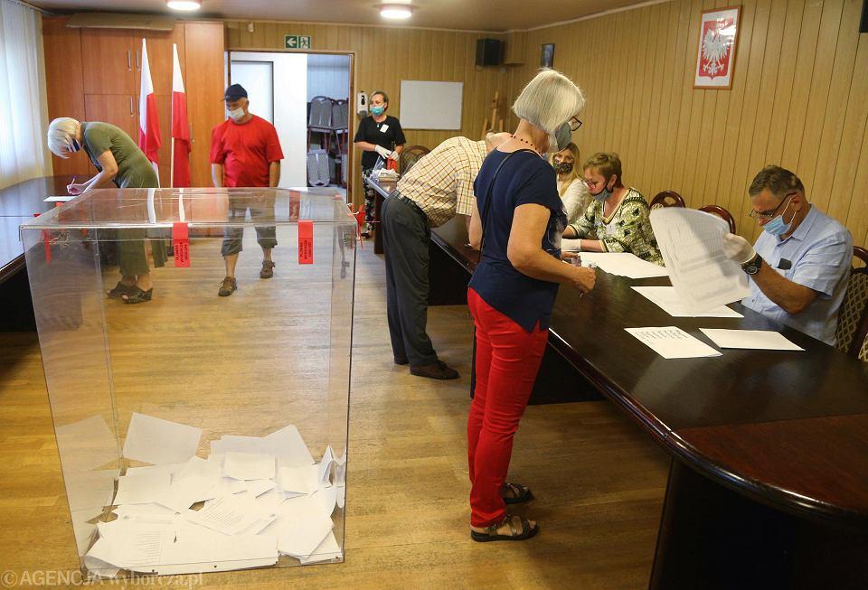 Wybory prezydenckie 2020 w Słupnie; na zdj. komisja wyborcza w urzędzie gminy