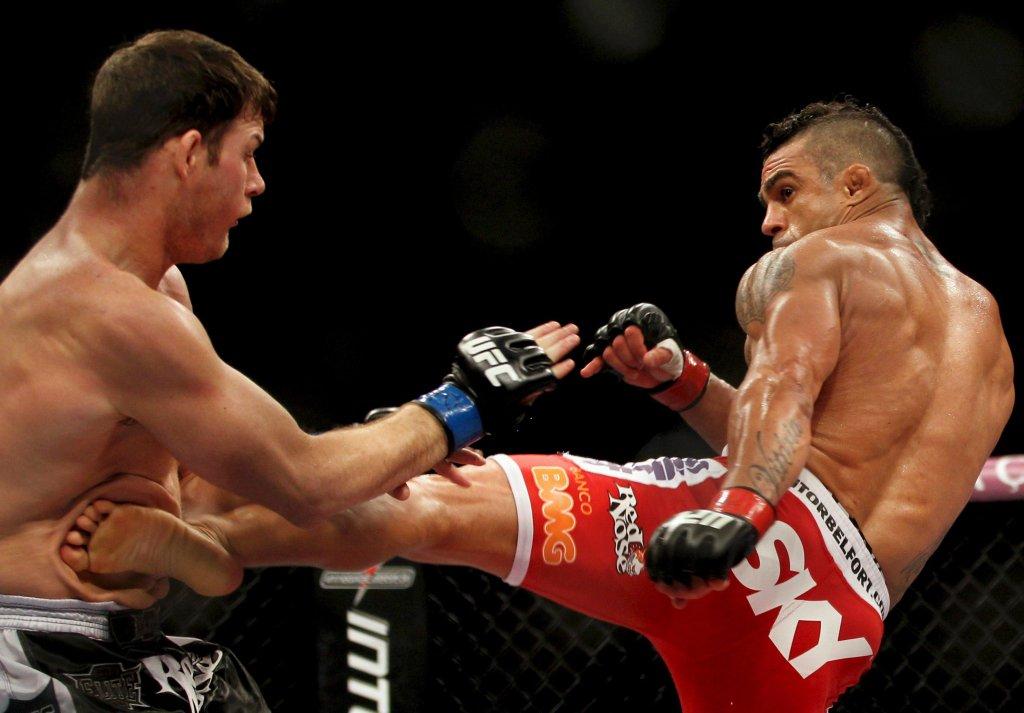 Brazylijczyk Vitor Belfort kopie Brytyjczyka Michaela Bispinga podczas gali MMA