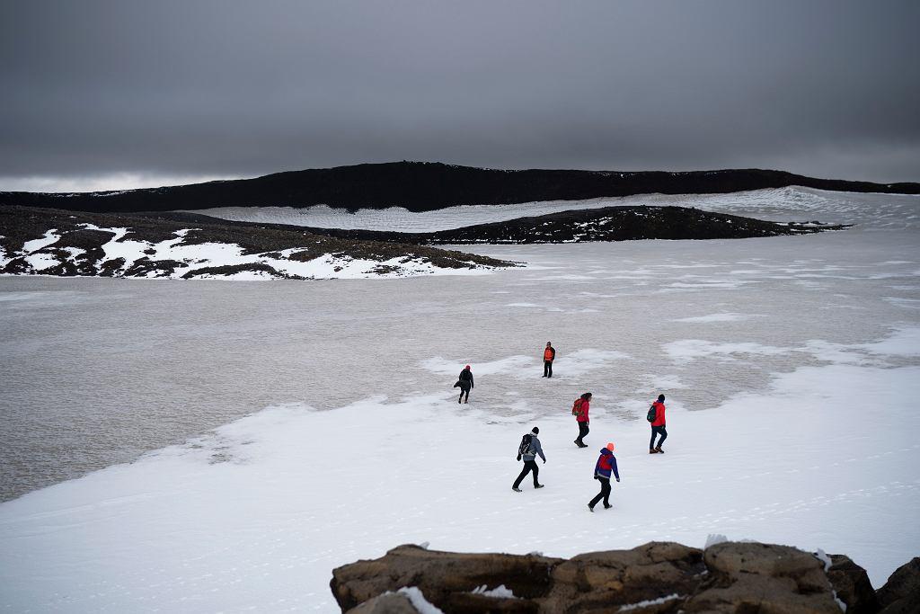 Islandia. Ludzie na szczycie wulkanu Ok, w drodze na symboliczne pożegnanie z lodowcem.