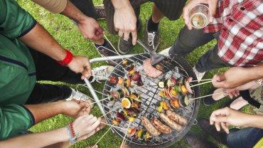 Sezon grillowy może niebezpiecznie podnieść stężenie cholesterolu. Do grillowania wybieraj chude mięso i ryby. Nie zapominaj o dużej porcji sałatki i grillowanych warzywach