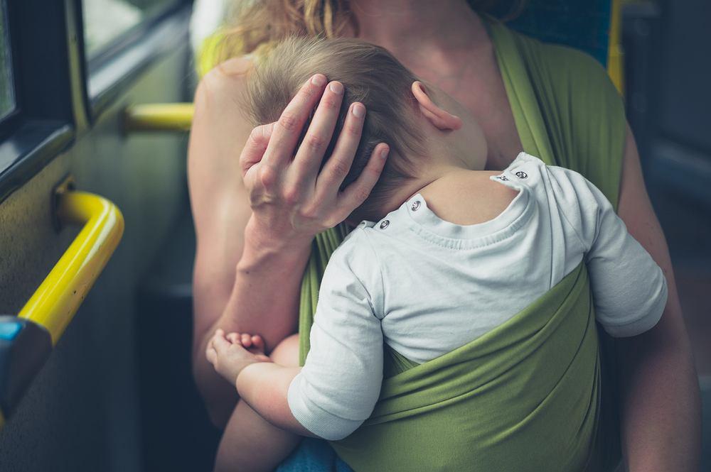 Wyprosili ją z autobusu bo karmiła piersią