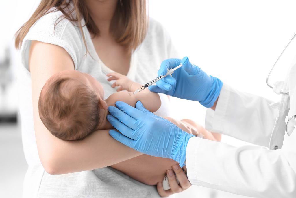 Szczepionka 5w1 działa na pięć chorób. Zdjęcie ilustracyjne