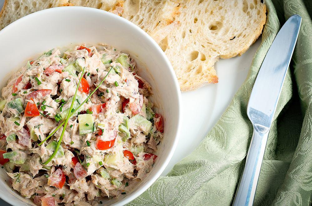 Sałatka z tuńczyka, awokado, papryki i cebuli z jogurtowym sosem