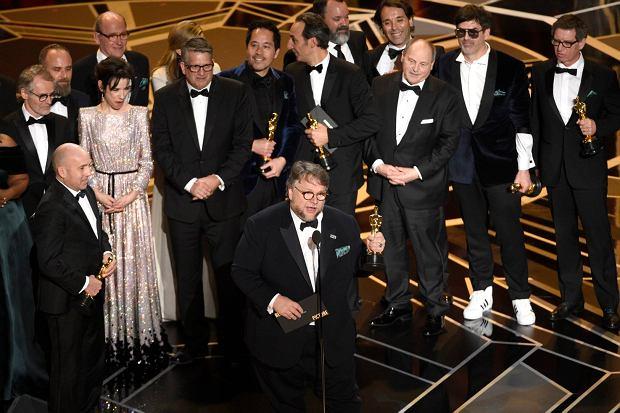 Reżyser 'Kształtu wody' Guillermo del Toro odbiera statuetkę Oscara za najlepszy film.