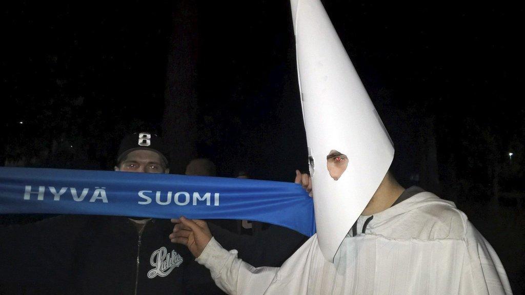Jeden z uczestników protestu przeciwko uchodźcom w Lahti