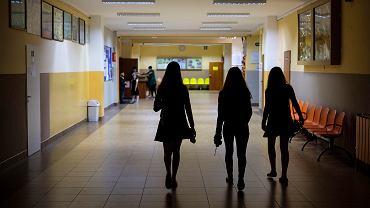 Koronawirus. Z kilkudniowym opóźnieniem w poniedziałek rozpoczęły się tradycyjne lekcje w trzech szkołach w powiecie leżajskim. Zdjęcie ilustracyjne