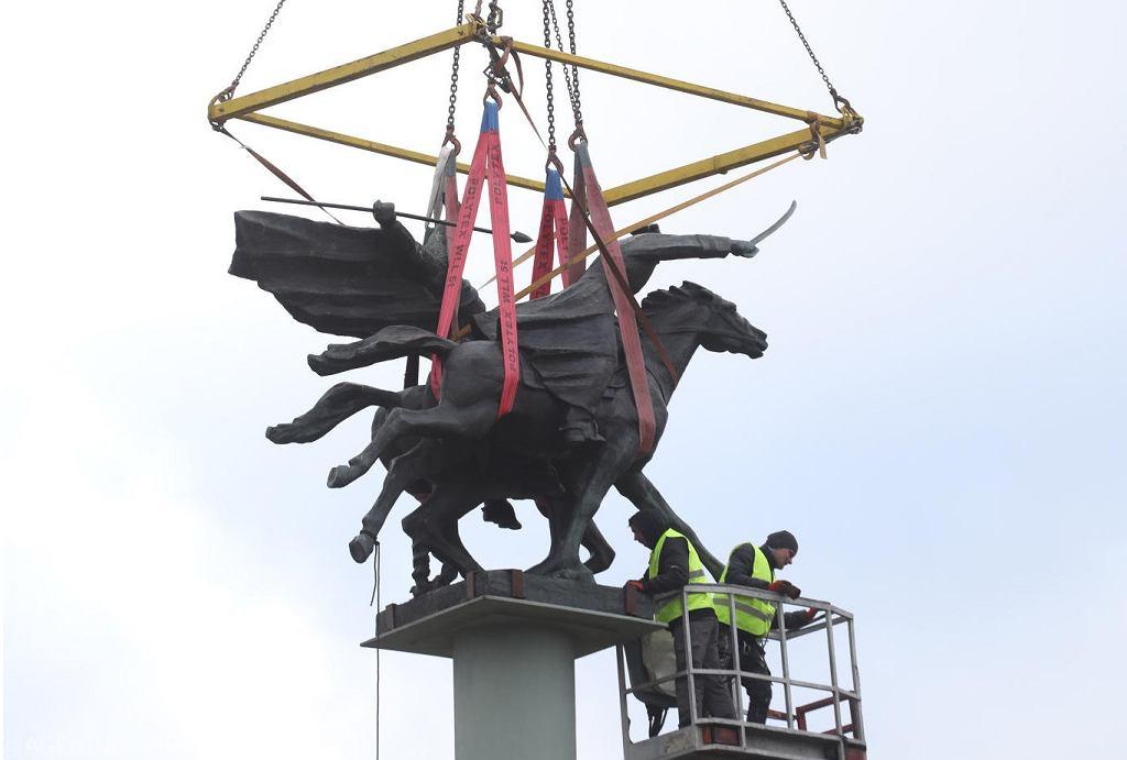 8Obracanie pomnika Tysiaclecia Jazdy Polskiej w Warszawie