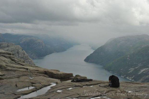 Norwegia nie jest tania, ale akurat loty do tego kraju można upolować za grosze. Dla takich widoków warto się tam wybrać. Na zdjęciu: fiordy w okolicy Stavanger widziane z Preikestolen