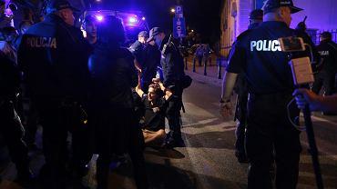 Policja siłą usuwa manifestantów blokujących jezdnię w okolicy Sejmu RP.