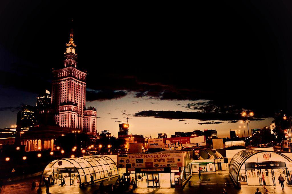 Zdjęcie przedstawia PKiN oraz wejście do Warszawskiego metra, jest połączenie historii z nowoczesnością