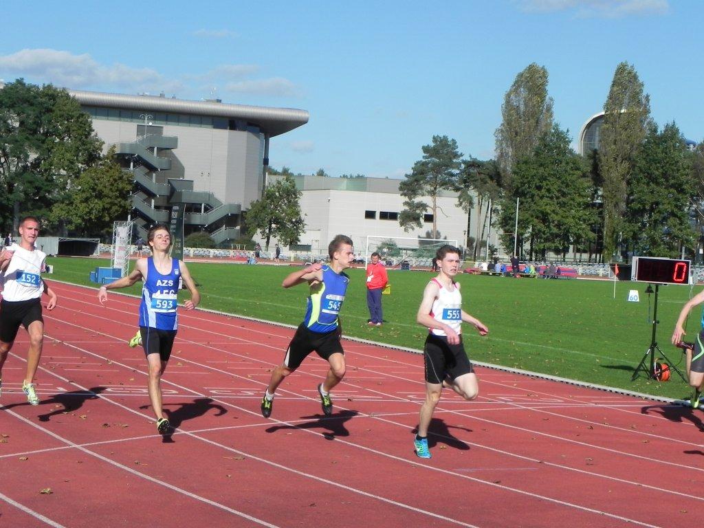 Mateusz Wróbel (nr 555) w zwycięskim biegu
