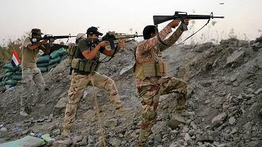 Irakijczycy ostrzeliwują pozycję dżihadystów w Jurf al-Sakhar, 70 kilometrów od Bagdadu