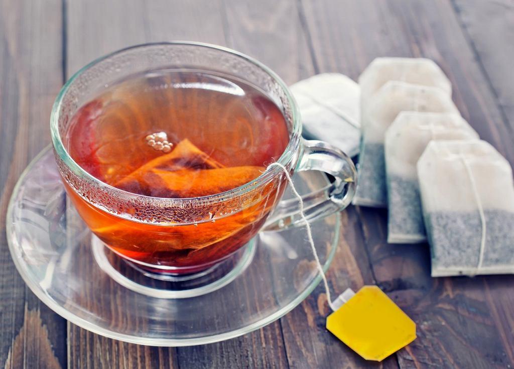 Jak pić herbatę? Radzi królewski kamerdyner.