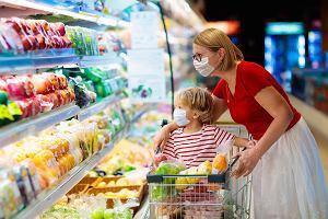 Z dzieckiem w supermarkecie. Jak w pandemii robić bezpiecznie zakupy? Rady ekspertów