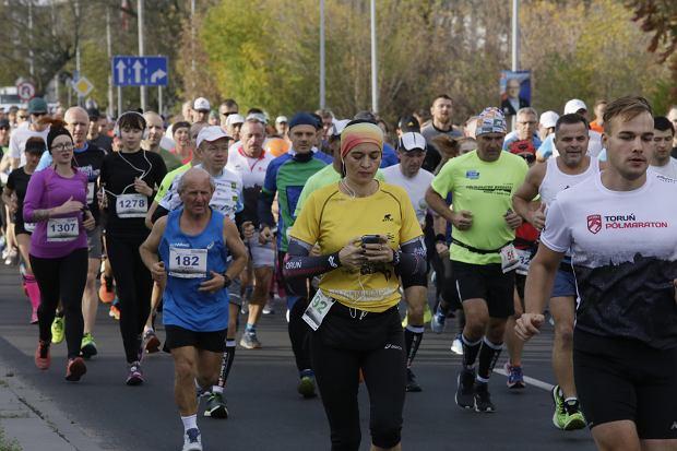 Zdjęcie numer 65 w galerii - Ponad 1200 biegaczy na starcie 37. Toruń Maraton, wygrał Łukasz Oskierko [ZDJĘCIA]