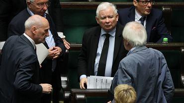 Prezes Jarosław Kaczyński w otoczeniu partyjnych towarzyszy podczas bloku głosowań. Warszawa, Sejm, 27 lipca 2020