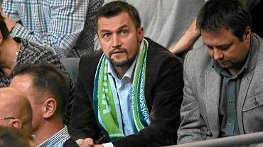 Burmistrz Ursynowa Piotr Guział w szaliku AZS Politechniki Warszawskiej podczas meczu w Arenie Ursynów