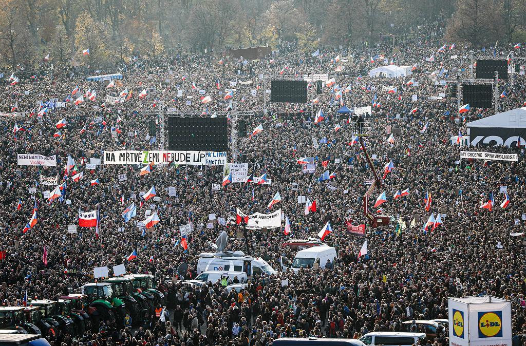 Ćwierć miliona Czechów wzięło udział w Pradze w proteście przeciwko premierowi i prezydentowi kraju