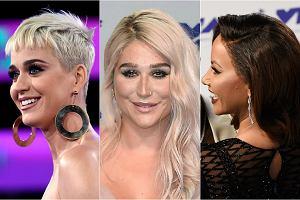 Za nami kolejne rozdanie nagród MTV Video Music Awards. W tym roku triumfował Kendrick Lamar, który za swój teledysk do piosenki 'Humble' zgarnął aż 6 statuetek, w tym najważniejszą - za teledysk roku. Wśród nagrodzonych znaleźli się między innymi Kanye West (Najlepsza Choreografia - 'Fade'), Taylor Swift i Zayn (Najlepsza Kolaboracja - 'I Don't Wanna Live Forever') i Ed Sheeran, który odebrał nagrodę dla Artysty Roku. Specjalną nagrodą imieniem Michaela Jacksona została tym razem uhonorowana Pink, którą na miejscu wspierał mąż i urocza córka, a cała trójka była ubrana w pasujące stroje. Choć wielu laureatów nie pojawiło się na gali osobiście, impreza i tak była po brzegi zapełniona gwiazdami. Zobaczcie, jak w tym roku prezentowały się sławy podczas MTV Video Music Awards. Nas najbardziej zaskoczyła Amber Rose. Gwarantujemy, nie poznacie jej!