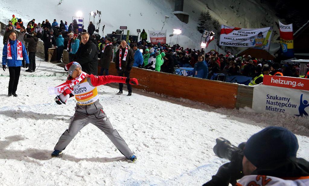 Kamil Stoch podczas skoków narciarskich w ramach Pucharu Świata w Wiśle