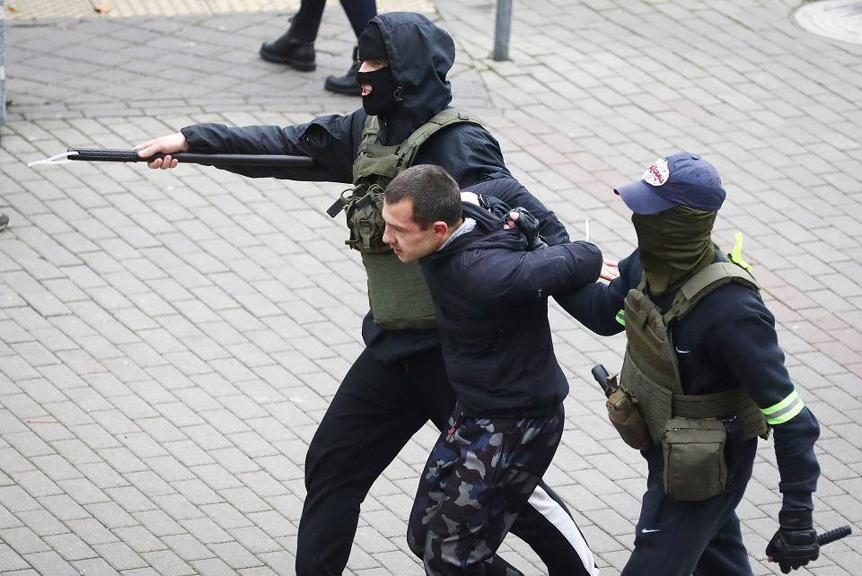 Milicja zatrzymuje demonstrantów podczas antyrządowego protestu w Mińsku, 8 listopada 2020 r.