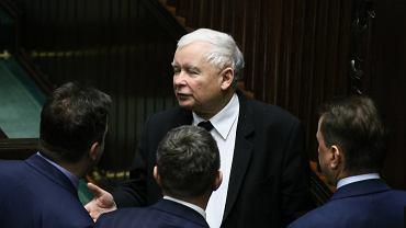 Prezes PiS Jarosław Kaczyński w otoczeniu partyjnych podwładnych. Sejm, 16 stycznia 2019