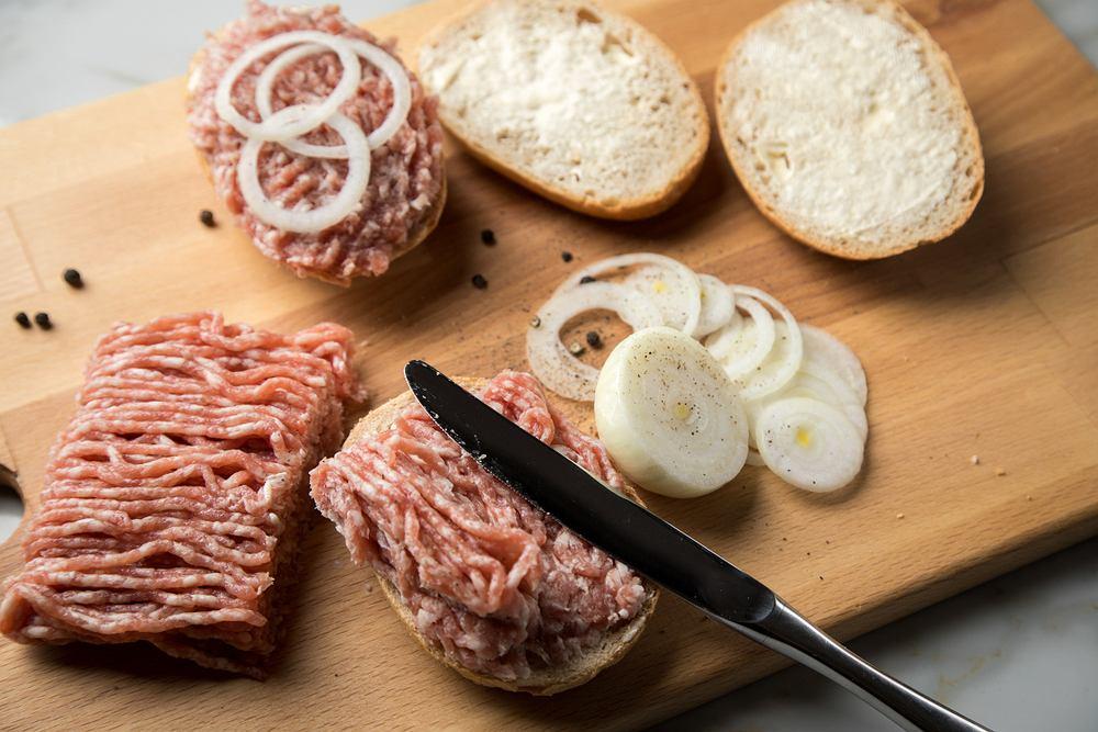 W Niemczech popularna jest na przykład mettbröttchen, czyli bułka pszenna z mieloną surową wieprzowiną z dodatkiem cebulki i przypraw