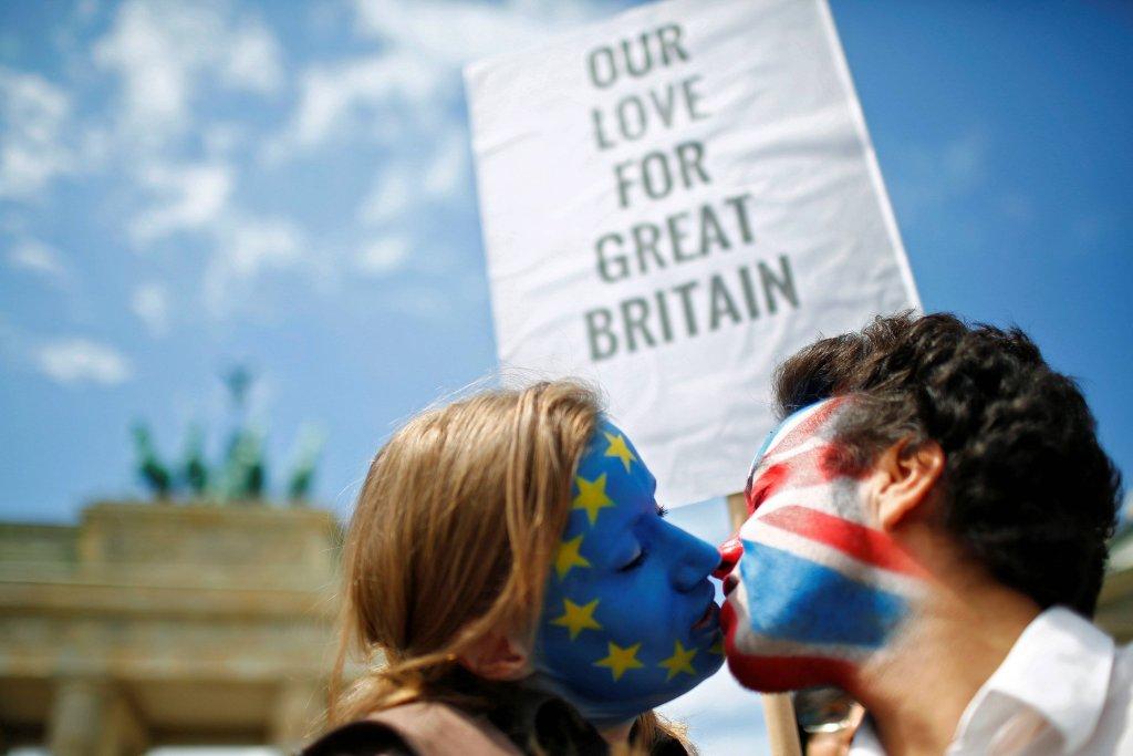 Zwolennicy pozostania Wielkiej Brytanii w Unii Europejskiej, całujący się podczas manifestacji w Berlinie.