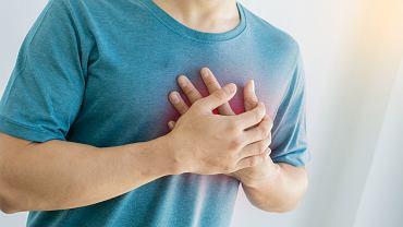 Ból w klatce piersiowej po lewej stronie - co może oznaczać? Zdjęcie ilustracyjne