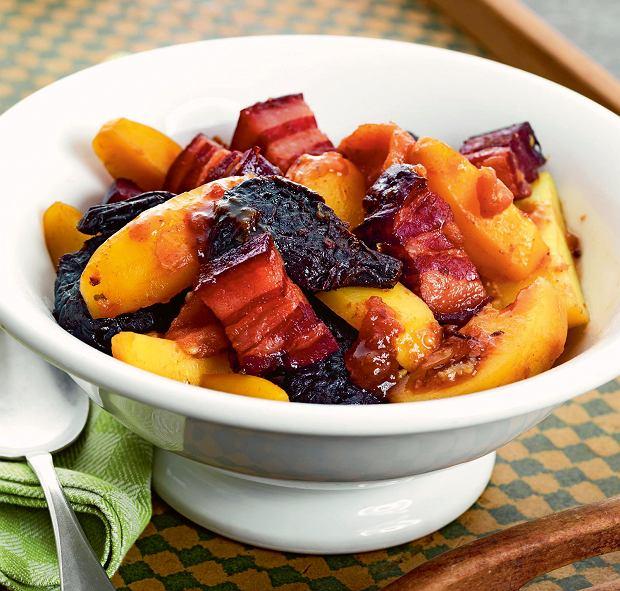 Kociołek z boczkiem, ziemniakami i suszonymi owocami.