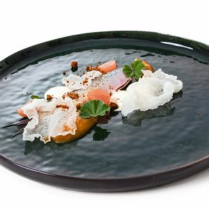Marynowany śledź podany z kwaśną śmietaną, z purée z karmelizowanej cebuli z posypką z chleba i solonymi chrupkami ryżowymi