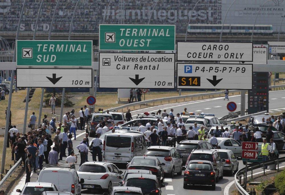 Zamieszki w Paryżu. Taksówkarze protestują przeciw konkurencji ze strony Uber