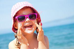 Jak używać kremów z filtrem, by chroniły skórę przed słońcem? To co robisz to prawdopodobnie za mało