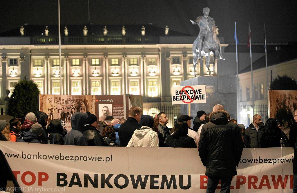 Demonstracja frankowiczów na Krakowskim Przedmieściu