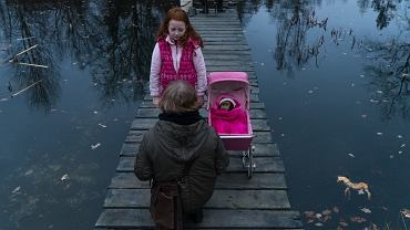 Bohaterka 'Ciemno, prawie noc' grana przez Magdalenę Cielecką przyjeżdża do rodzinnego Wałbrzycha napisać reportaż o zaginięciach dzieci
