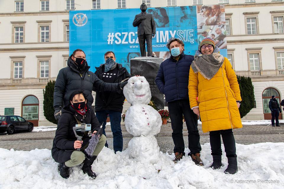 Zdjęcie numer 1 w galerii - Policja walczy z bałwanem pod pomnikiem Kaczyńskiego, bo przechodnie robili sobie z nim zdjęcia