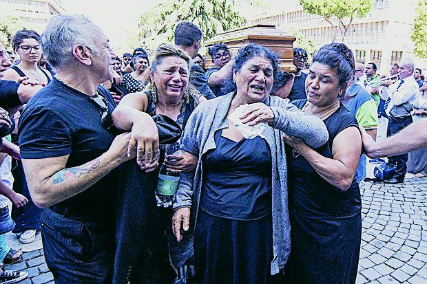 Żałobnicy rozpaczają podczas pogrzebu mafijnego bossa, Rzym, 20 sierpnia 2015 r.