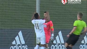 Rodrygo manifestuje swoją radość po strzeleniu gola przed bramkarzem rywali w rezerwach Realu Madryt.
