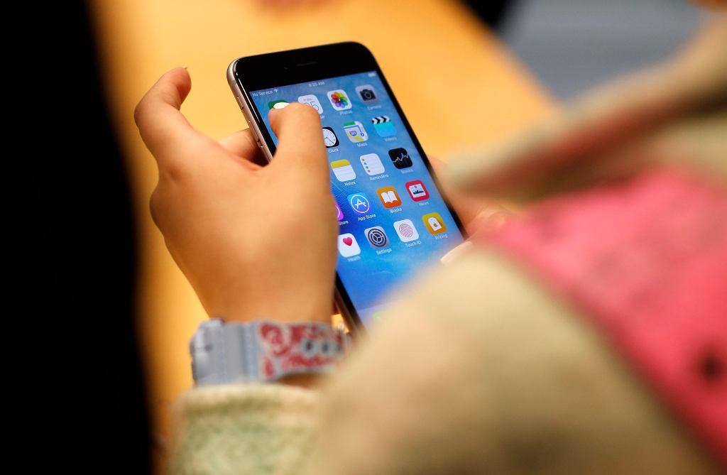 Na zdjęciu osoba testująca iPhone'a 6S w sklepie Apple w Chicago
