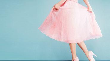 sukienki w kolorze pudrowego różu
