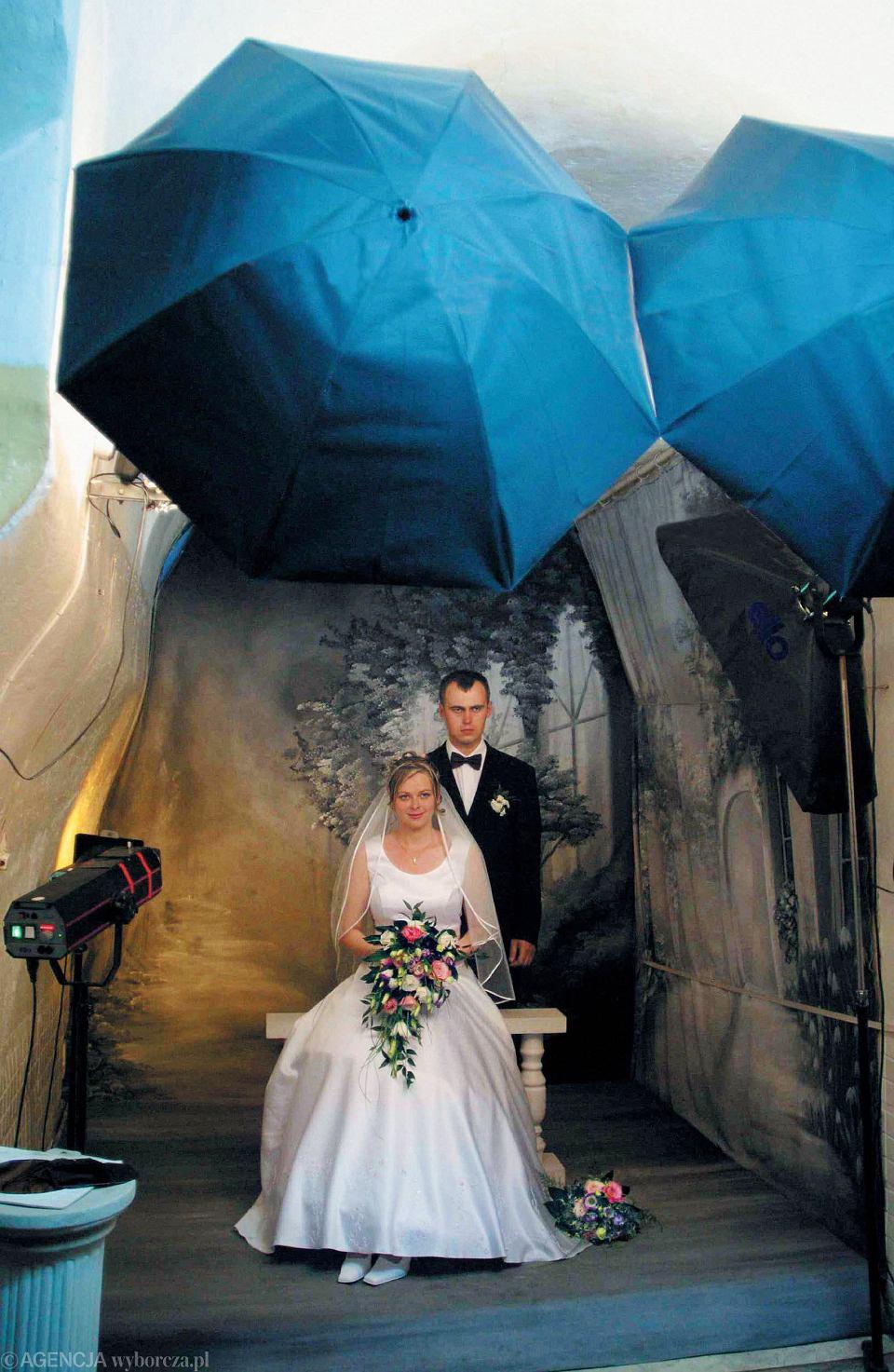 Michał i Magda. Poznali się w rocznicę Porozumień Sierpniowych; zaręczyli w Święto Niepodległości; wesele mieli w dniu referendum europejskiego