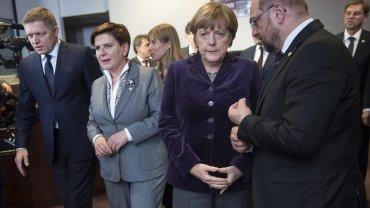 Od prawej: przewodniczący europarlamentu Martin Schulz, kanclerz Niemiec Angela Merkel, premier Beata Szydło i premier Słowacji Robert Fico podczas szczytu w Brukseli w grudniu 2015 r.