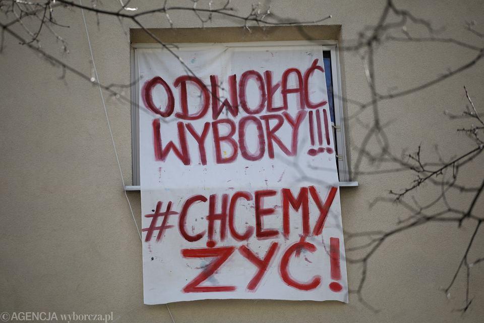 Transparent na jednym z warszawskich budynków mieszkalnych ''Odwołać wybory!!! #chcemy żyć!''